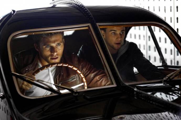 Scott Eastwood (Andrew Foster) en Freddie Thorp (Garrett Foster) in Overdrive