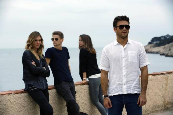 Gaia Weiss (Devin), Freddie Thorp (Garrett Foster), Ana de Armas (Stephanie) en Scott Eastwood (Andrew Foster) in Overdrive