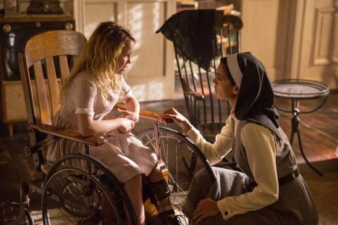 Talitha Bateman (Actor) en Stephanie Sigman (Sister Charlotte)