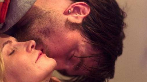 Jennifer Jason Leigh en Robert Pattinson (Connie Nikas)