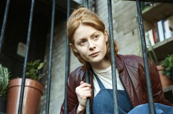 Emily Beecham (Daphne)
