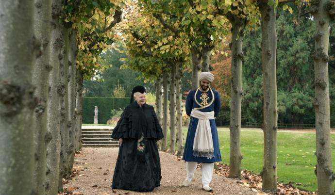 Judi Dench (Queen Victoria) en Ali Fazal (Abdul Karim)