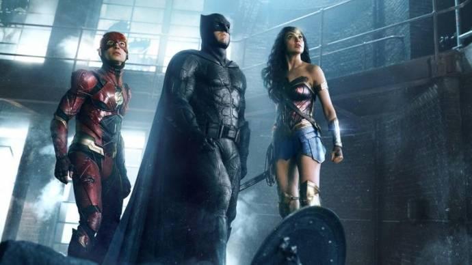 Ezra Miller (Barry Allen / The Flash), Ben Affleck (Bruce Wayne / Batman) en Gal Gadot (Diana Prince / Wonder Woman)