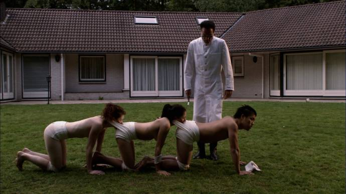 Still uit The Human Centipede 1: The Human Centipede (First Sequence) (2009)