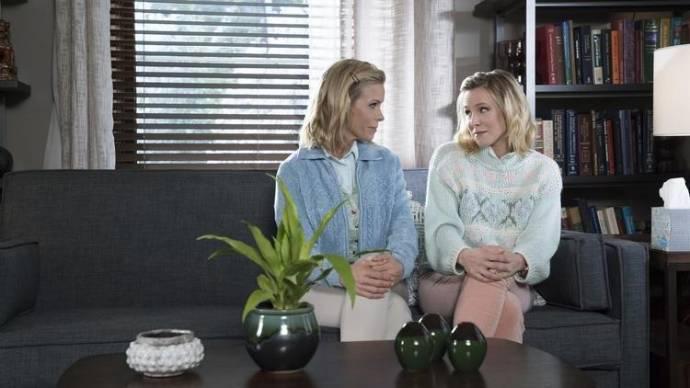 Kristen Bell (Kiki) en Cheryl Hines (Sandy)