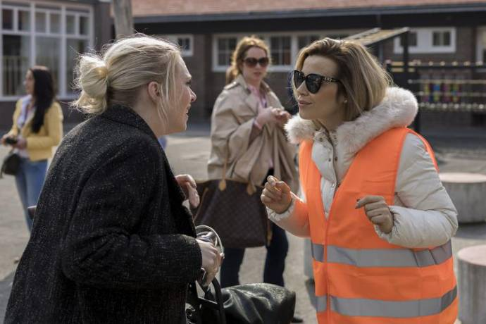 Jelka van Houten (Marjolein) en Victoria Koblenko (Titia) in Ladies Night: Huisvrouwen Bestaan Niet