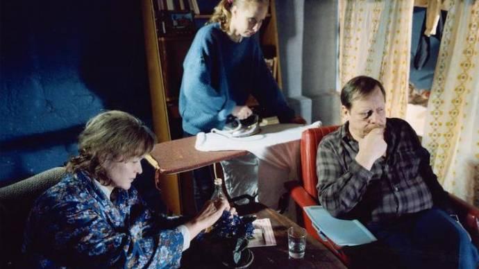 Elina Salo (Mother), Kati Outinen (Iiris) en Esko Nikkari (Stepfather)
