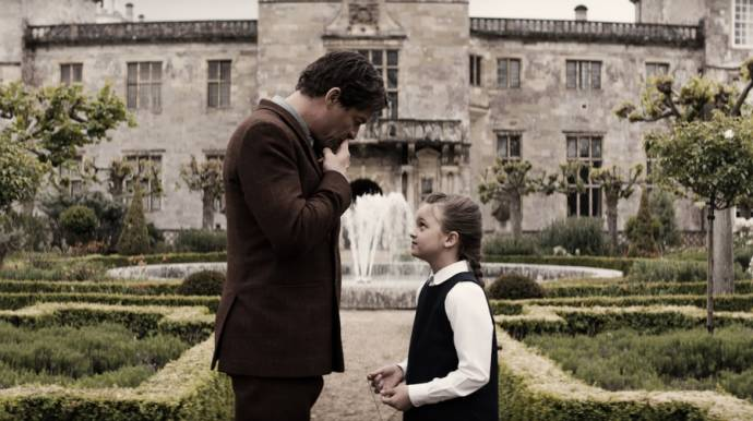 Dominic West (Lord Richard Croft) en Maisy De Freitas (Young Lara)