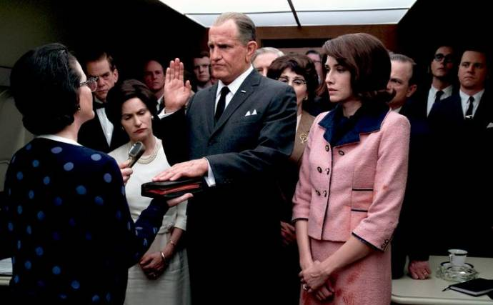Mary Rachel Dudley (Judge Sarah T. Hughes), Jennifer Jason Leigh (Lady Bird Johnson), Woody Harrelson (Lyndon B. Johnson) en Kim Allen (Jacqueline Kennedy) in LBJ
