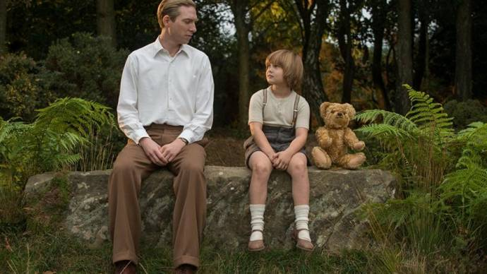 Domhnall Gleeson (A.A. Milne) en Will Tilston (Christopher Robin - Age 8)