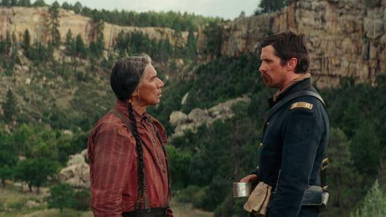 Wes Studi (Chief Yellow Hawk) en Christian Bale (Capt. Joseph J. Blocker)