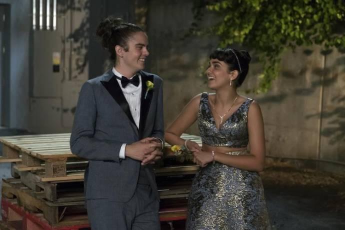 Miles Robbins (Connor) en Geraldine Viswanathan (Kayla)