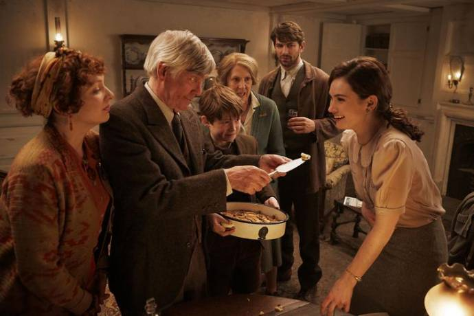 Katherine Parkinson (Isola Pribby), Tom Courtenay (Eben Ramsey), Kit Connor (Eli Ramsey), Penelope Wilton (Amelia Maugery), Michiel Huisman (Dawsey Adams) en Lily James (Juliet Ashton)