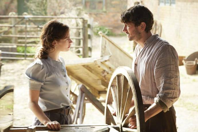 Lily James (Juliet Ashton) en Michiel Huisman (Dawsey Adams)