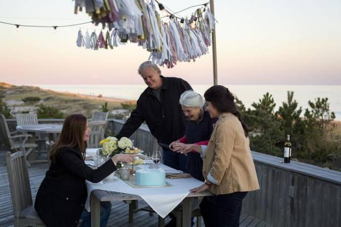 Geena Davis (Tess), Tim Robbins (Jon), Lois Smith (Marjorie) en Stephanie Andujar (Julie)