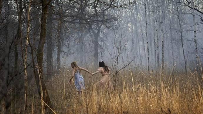 Taylor Hickson (Young Vera) en Emilia Jones (Young Beth) in Ghostland