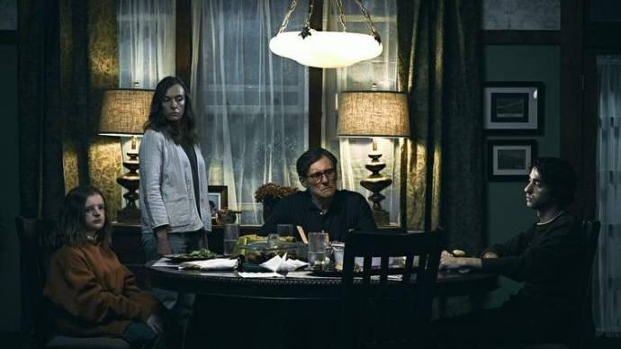 Milly Shapiro (Charlie Graham), Toni Collette (Annie Graham), Gabriel Byrne (Steve Graham) en Alex Wolff (Peter Graham)
