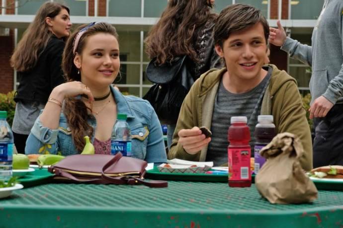 Katherine Langford (Leah Burke) en Nick Robinson (Simon Spier)