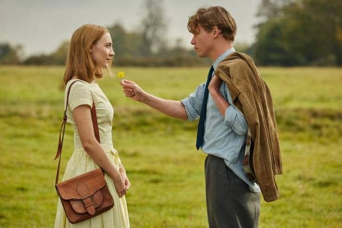 Saoirse Ronan (Florence Ponting) en Billy Howle (Edward Mayhew) in On Chesil Beach