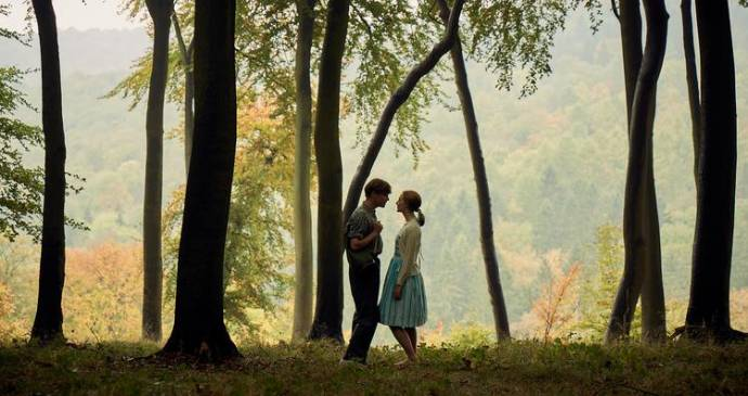 Billy Howle (Edward Mayhew) en Saoirse Ronan (Florence Ponting) in On Chesil Beach