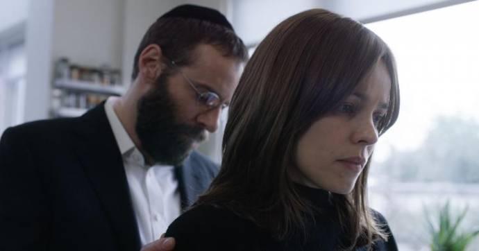 Alessandro Nivola (Rabbi Dovid Kuperman) en Rachel McAdams (Esti Kuperman)