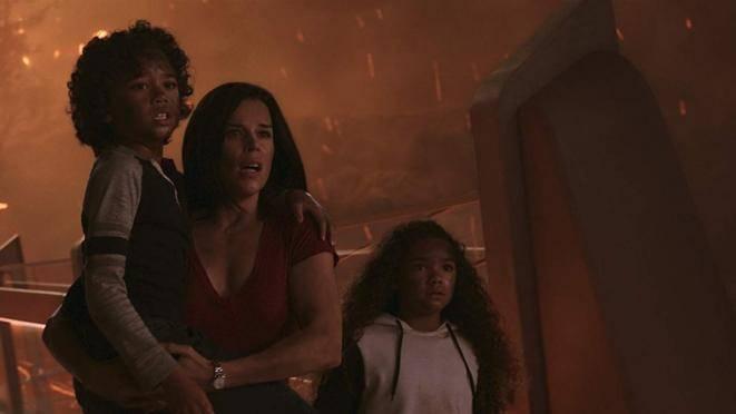 Noah Cottrell (Henry), Neve Campbell (Sarah Sawyer) en McKenna Roberts (Georgia)