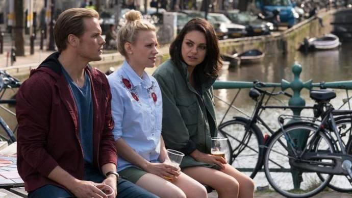 Sam Heughan (Sebastian), Kate McKinnon (Morgan) en Mila Kunis (Audrey)