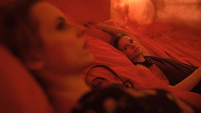 Julia Kijowska (Nina) en Eliza Rycembel (Magda)