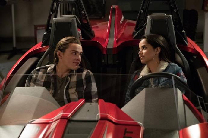 Alex Neustaedter (Miles) en Becky G. (Sara)