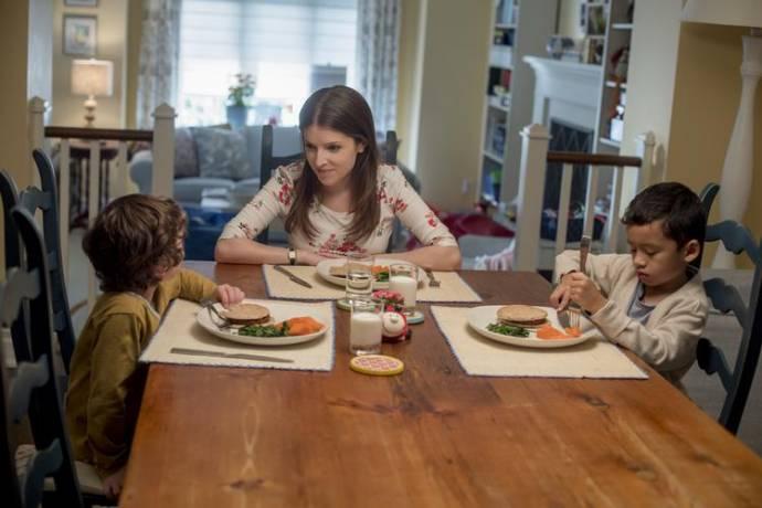Joshua Satine (Miles Smothers), Anna Kendrick (Stephanie Smothers) en Ian Ho (Nicky Nelson)