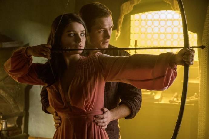 Eve Hewson (Maid Marian) en Taron Egerton (Robin Hood)