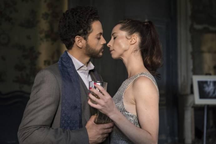 Dane Hurst (John (as Dane Jeremy Hurst)) en Sarah Reynolds (May)