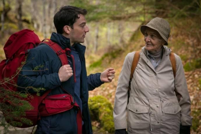 Kevin Guthrie (Jonny) en Sheila Hancock (Edie)