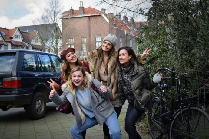 Abbey Hoes (Abby), Romy Gevers (Kim), Olivia Lonsdale en Holly Brood