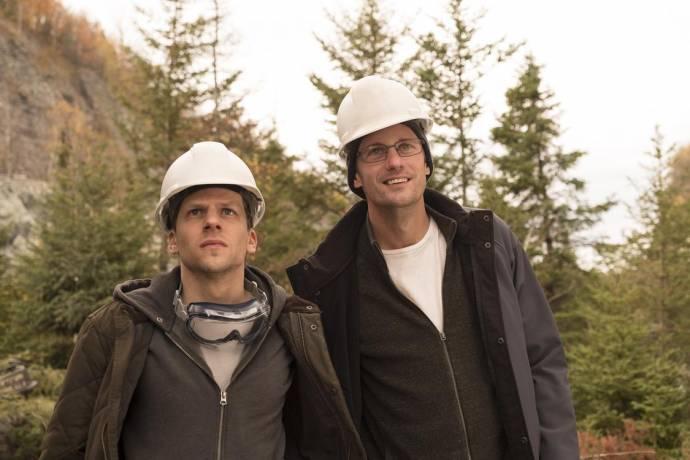 Jesse Eisenberg (Vincent Zaleski) en Alexander Skarsgård (Anton Zaleski)