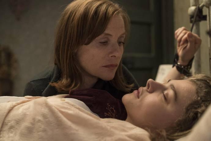 Isabelle Huppert (Greta) en Chloë Grace Moretz (Frances)