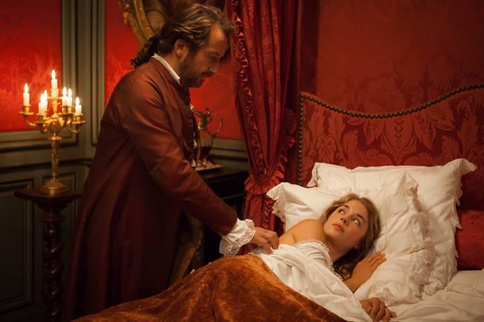 Edouard Baer (Le marquis des Arcis) en Alice Isaaz (Mademoiselle de Joncquières)
