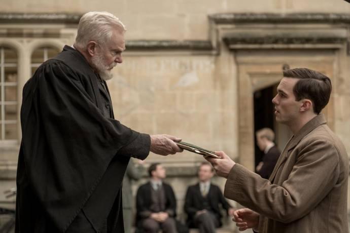 Derek Jacobi en Nicholas Hoult (J.R.R. Tolkien)