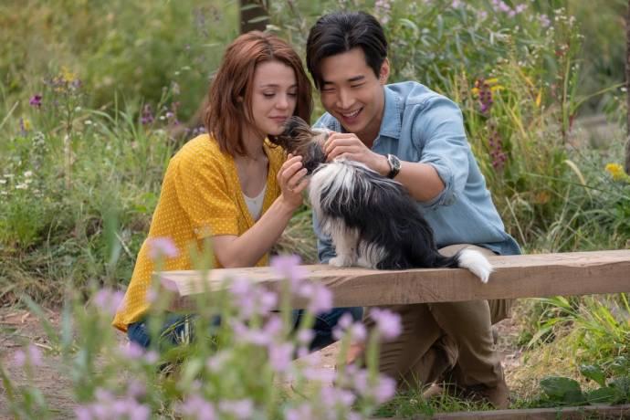 Kathryn Prescott (CJ) en Henry Lau (Trent)