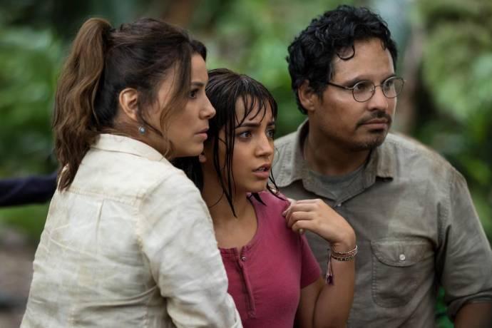 Eva Longoria (Elena), Isabela Moner (Dora) en Michael Peña (Dora's Father)