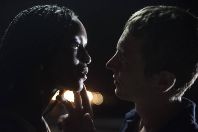Fatou N'Diaye (Fae) en Vincent Rottiers (Thierry)
