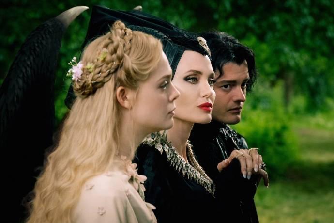 Elle Fanning (Princess Aurora), Angelina Jolie (Maleficent) en Sam Riley (Diaval)