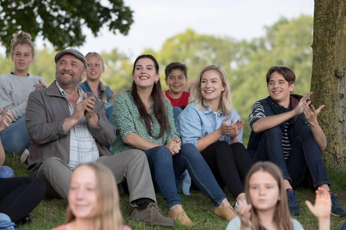 Valentijn Avé (Eddy (jong)), Tina de Bruin (Marianne), Bart Klever (Gerrit) en Sterre van Woudenberg (Julia (jong))