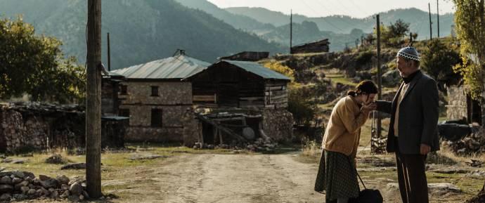 Ece Yüksel (Nurhan) en Müfit Kayacan (Sevket) in A Tale of Three Sisters