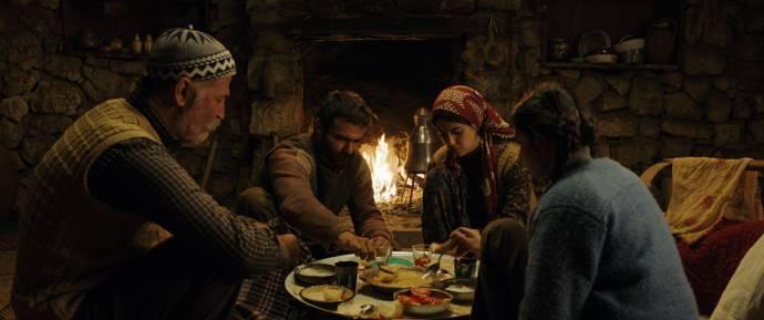 Müfit Kayacan (Sevket), Kayhan Açikgöz (Veysel), Cemre Ebuzziya (Reyhan) en Helin Kandemir (Havva) in A Tale of Three Sisters
