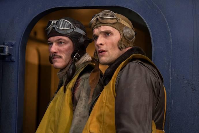 Luke Evans (Lieutenant Commander Wade McClusky) en Ed Skrein