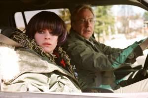 Emily Hampshire (Vivienne Freeman) en Alan Rickman (Alex Hughes)