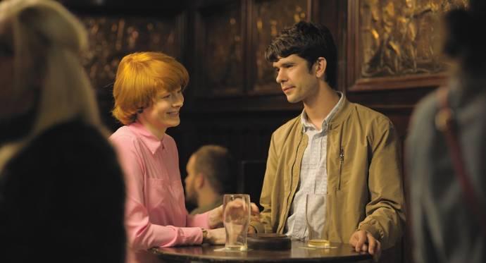 Emily Beecham (Alice) en Ben Whishaw (Chris)