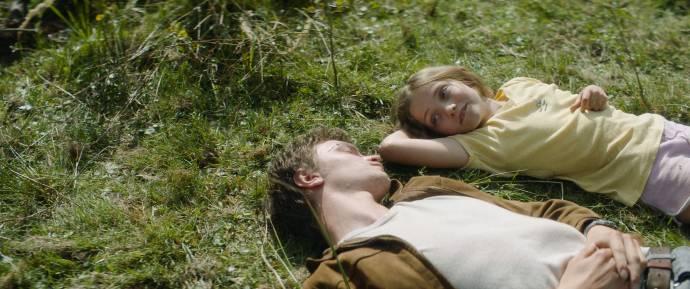 Tijmen Govaerts (Jonathan) en Julia Brown (Elke)