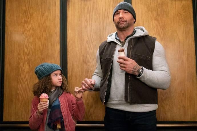 Chloe Coleman (Sophie) en Dave Bautista (JJ)